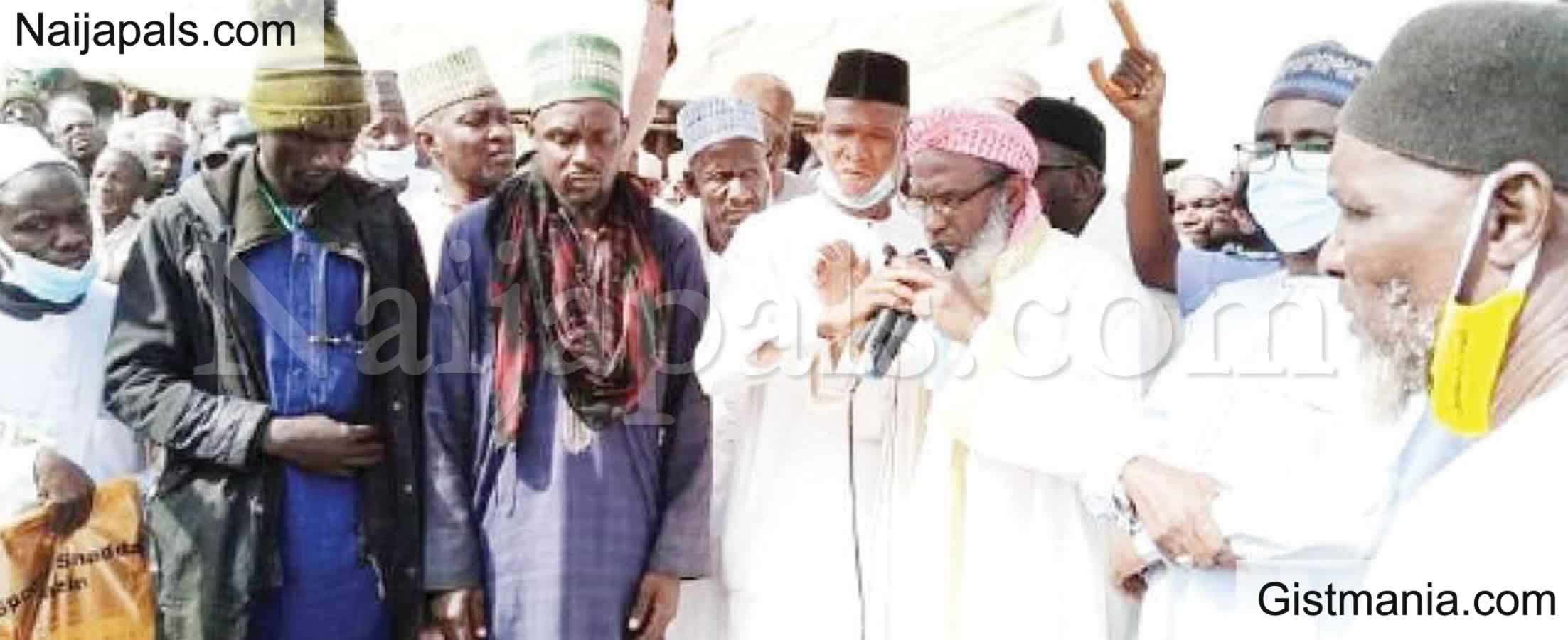 <img alt='.' class='lazyload' data-src='https://img.gistmania.com/emot/comment.gif' /> <b>More Than 500 Bandits Promise To Surrender After Peace Deal With Cleric, Sheikh Gumi In Kaduna</b>