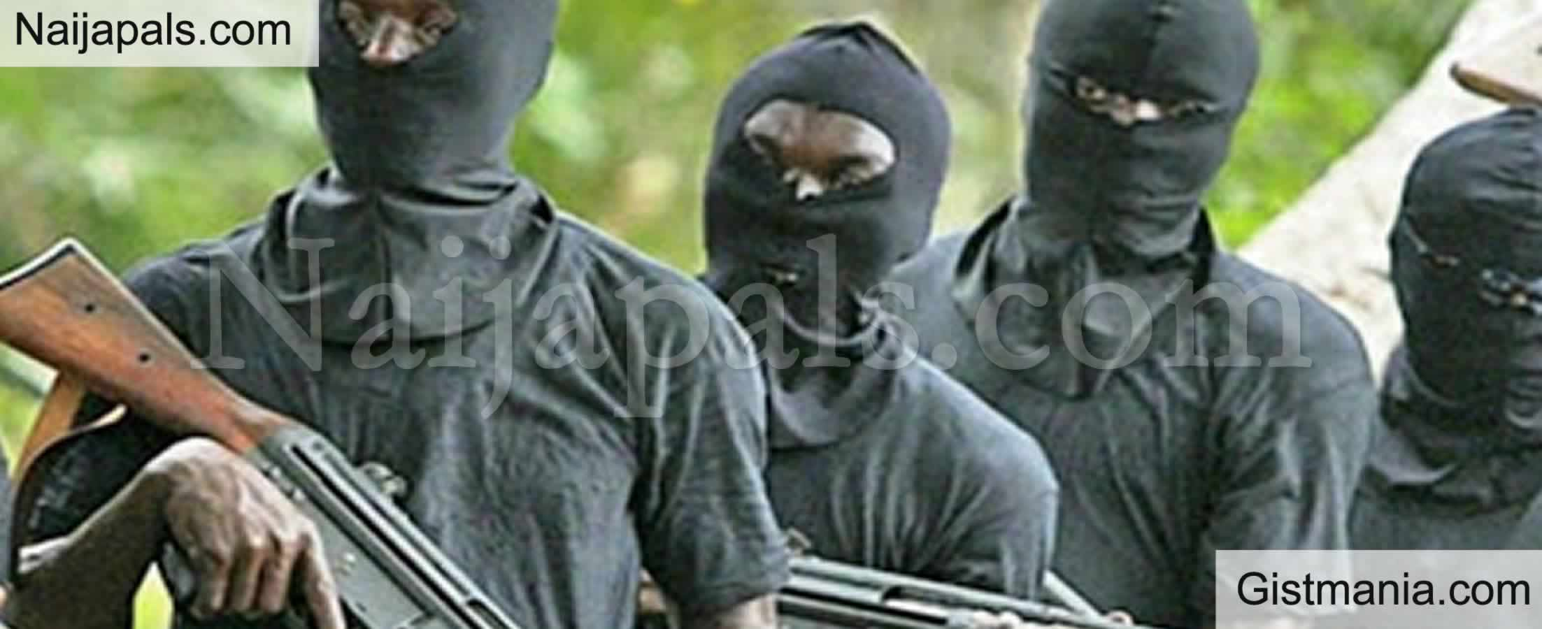 <img alt='.' class='lazyload' data-src='https://img.gistmania.com/emot/shocked.gif' /> BREAKING:<b> How Unknown Gunmen Storm Police Station, Killed Four Officers In Anambra</b>