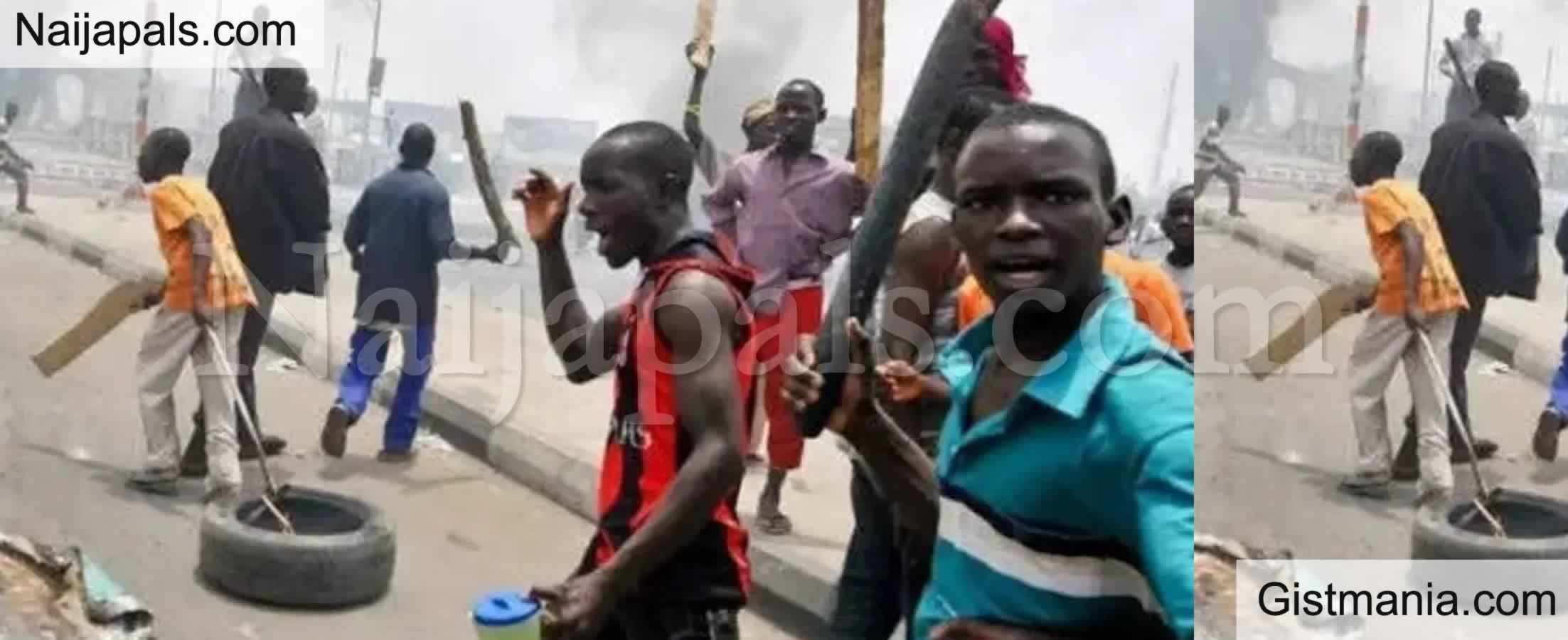 <img alt='.' class='lazyload' data-src='https://img.gistmania.com/emot/shocked.gif' /> <b>How Hoodlums Stab 2 Policemen While Trying To Resist Arrest In Bayelsa</b>