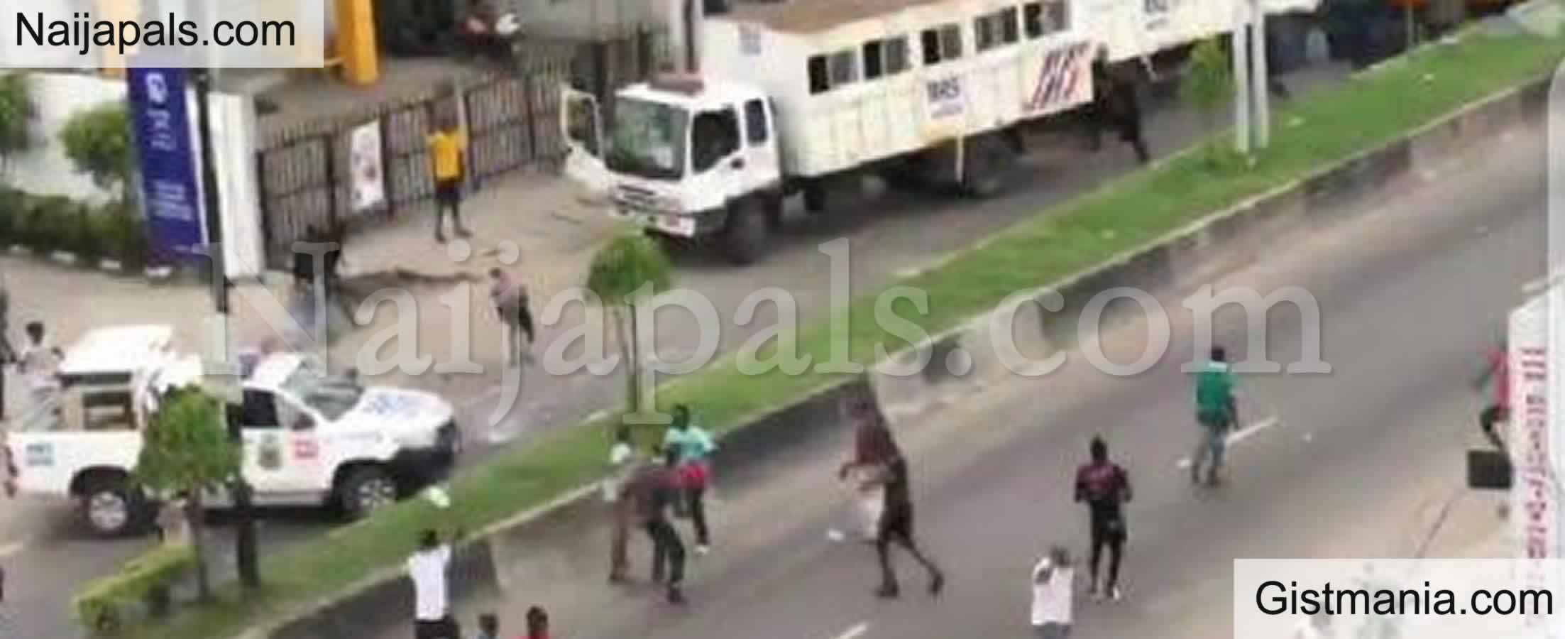 <img alt='.' class='lazyload' data-src='https://img.gistmania.com/emot/news.gif' /> LAGOS BYE-ELECTION! <b>Hoodlums Allegedly Attack INEC Officials At Mile 12</b>