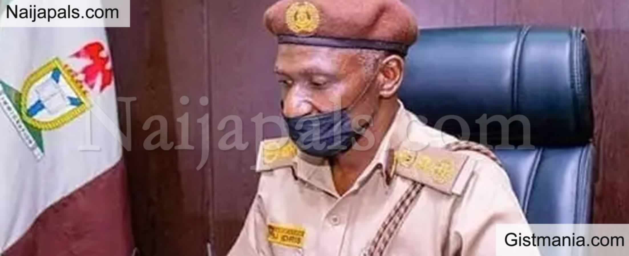 <img alt='.' class='lazyload' data-src='https://img.gistmania.com/emot/news.gif' /><b> Immigration CG Disguises As Passport Applicant In Lagos, Catches 'Corrupt' Officers</b>