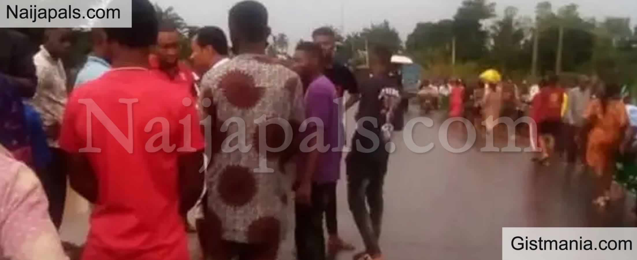 <img alt='.' class='lazyload' data-src='https://img.gistmania.com/emot/cry.gif' /> <b>Road Accident Claims Lives Of 31 Mourners On Their Way From Burial In Ebonyi</b>