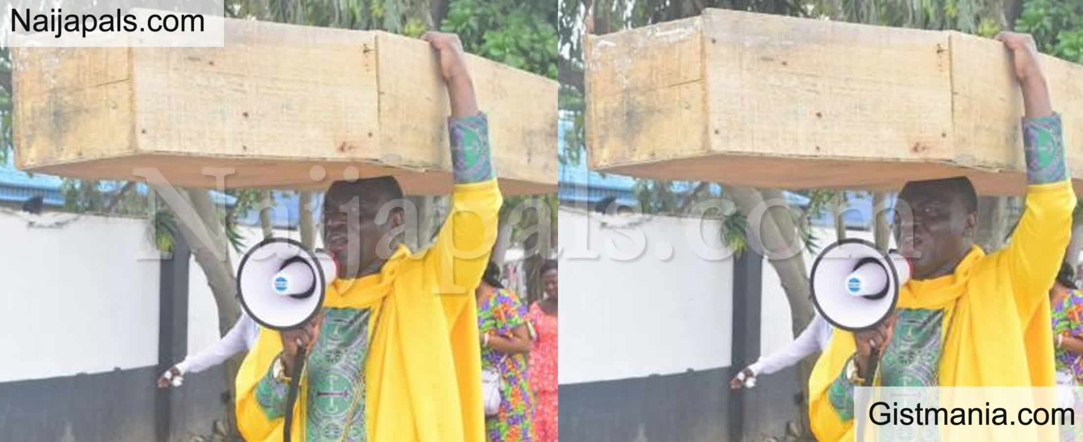 <img alt='.' class='lazyload' data-src='https://img.gistmania.com/emot/comment.gif' /> <b>God Is Not Happy With Buhari Govt – Nigerian Pastor Carries Coffin In Protest</b>