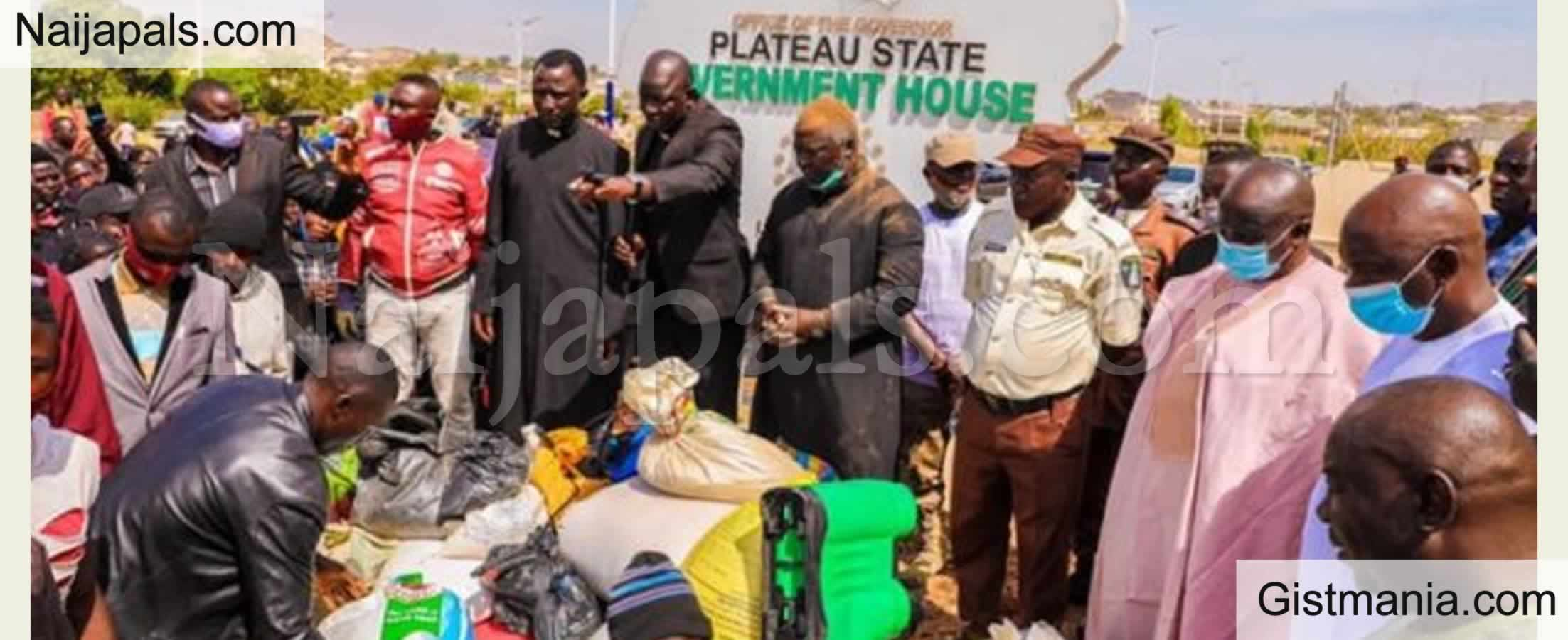 <img alt='.' class='lazyload' data-src='https://img.gistmania.com/emot/comment.gif' /> PHOTOS: <b>Looters Begs For Forgiveness As They Return Stolen Palliatives In Plateau</b>