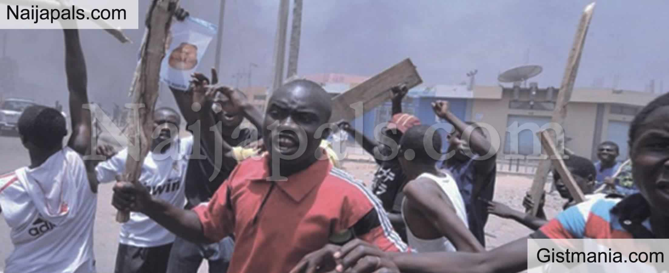 <img alt='.' class='lazyload' data-src='https://img.gistmania.com/emot/comment.gif' /> <b>Drama Ensued As Thugs Invade Delta Court, Chase Away Judge, Lawyers</b>
