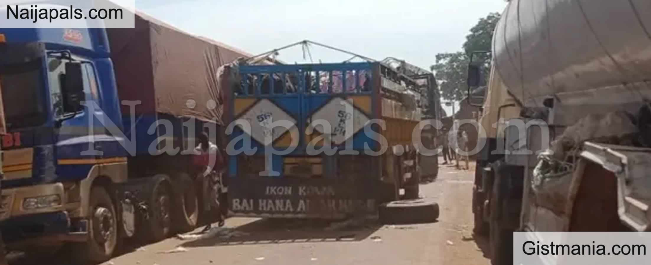<img alt='.' class='lazyload' data-src='https://img.gistmania.com/emot/comment.gif' /> PHOTOS; <b>Travelers Stranded As Protesting Trailer Drivers Block Road In Niger</b>